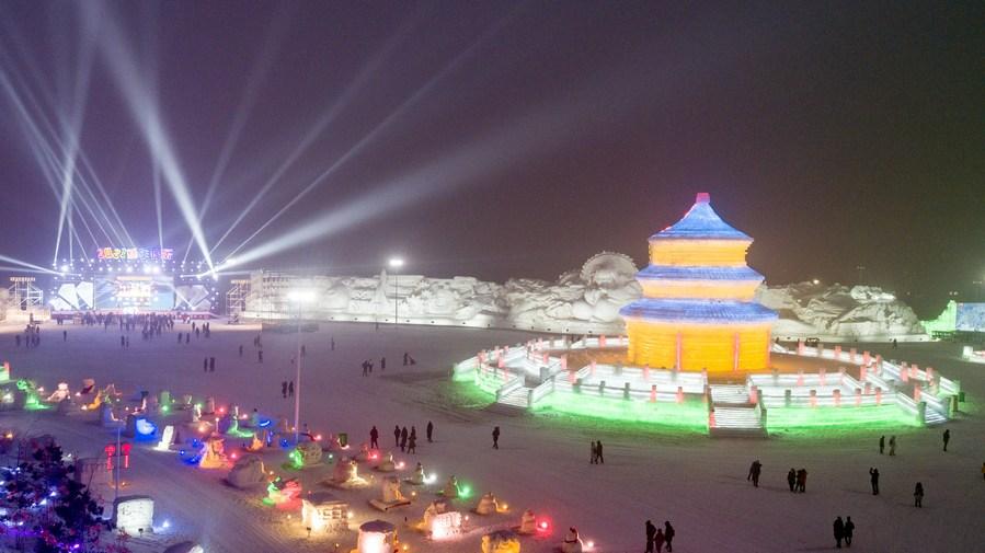 อลังการหลากสีสัน! ประติมากรรมจาก 'น้ำแข็งและหิมะ' เฉิดฉายในฉางชุน